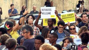 Eurooppaan pyrkivistä pakolaisista on tullut tuotteliasta liiketoimintaa muillekin kuin ihmissalakuljettajille.