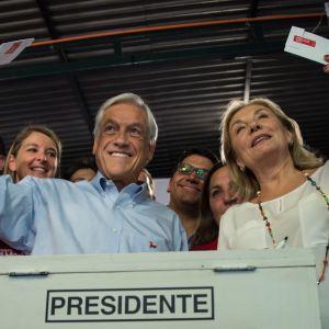 Chiles tidigare president, presidentkandidaten Sebastián Piñera tillsammans med sin hustru  Cecilia Morel under ett valmöte den 14 november 2017.