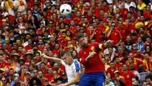 Tomas Necid och Sergio Ramos i EM-matchen mellan Tjeckien och Spanien.