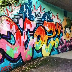 Deos-nimimerkin tekemä värikäs graffiti Myyrmäessä alikulkutunnelissa.