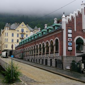 Dimmig och grå himmel ovanför husfasader i Bergen, Norge.