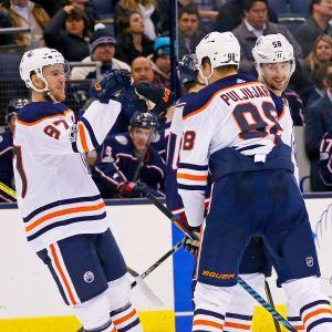 Connor McDavid, Jesse Puljujärvi och Anton Slepysjev firar ett mål.