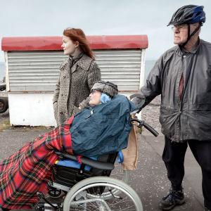 Scen ur dokumentären Närmare varann, mamma Ann sitter insvept i en rullstol.