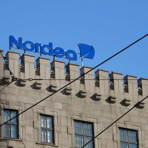 Nordeas logga på ett hustak.