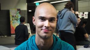 Janne Oksanen on yksi lähetysikkunan pianistiopiskelijoista.