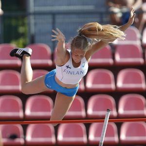 Saga Andersson flyger över ribban