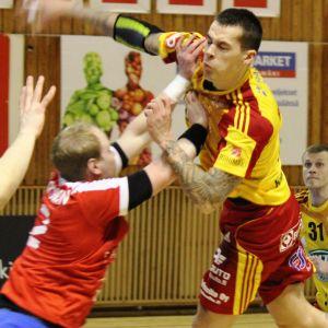 Nico Rönnberg avlossar bössan mot Dicken.