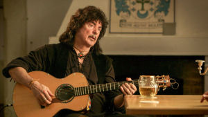 Kitaristi Ritchie Blackmore. Kuva tv-dokumentista Ritchie Blackmoren tarina (2015).