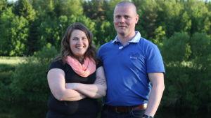 Mikaela och Krister Hjulfors står vid Esse å