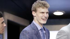 Lauri Markkanen skrattar