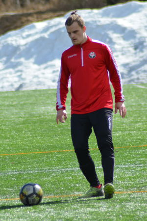 Toni Takamäki tränar på en konstgräsplan.