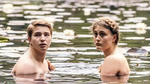 Rollkaraktärerna Henrik Pettersson och Minnie Backlund i dramaserien Lola uppochner