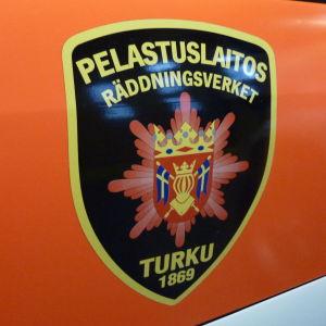 Egentliga Finlands räddningsverks logo på en bildörr