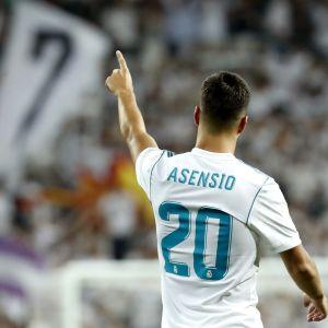 Marco Asensio firar ett mål i den spanska supercupen med att peka mot läktaren.