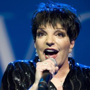 Liza Minnelli sjunger i en mikrofon