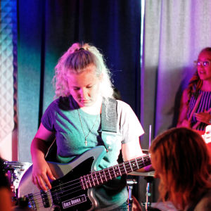 Rock Donna lär tjejer spela i band
