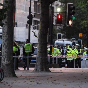Polisen i London spärrade snabbt området där en bil körde upp på trottoaren på lördag och skadade elva personer.