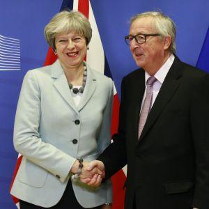 Theresa May välkomnas i Bryssel av EU-kommissionens ordförande Jean-Claude Juncker inför deras möte i Bryssel.