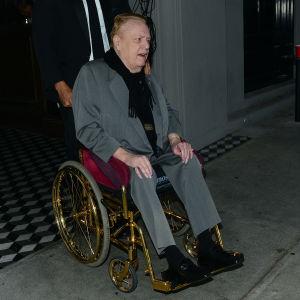 Larry Flynt sitter i en guldfärgad rullstol.