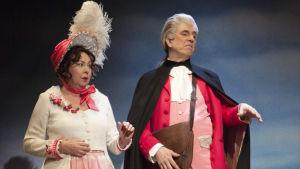I pjäsen Ta mig till er ledare på Lilla teatern ger Belle (Pia Runnakko) och Pascal (Joachim Wigelius) order om hur expeditionen ska utföras.