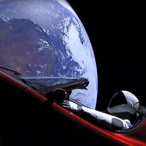 """Provdockan """"Starman"""" i förarsätet av sportbilen Tesla efter uppskjutningen av superraketen Falcon Heavy."""