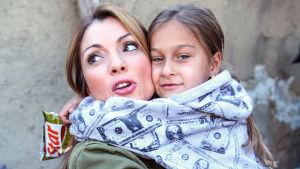 Alexandar Pascalidou med ett barn i famnen.