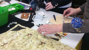 En del ungdomar jobbar med textiler vid ungdomsverkstaden i Borgå