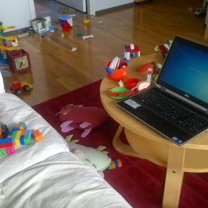 Laptopi vardagsrum fyllt av leksaker.