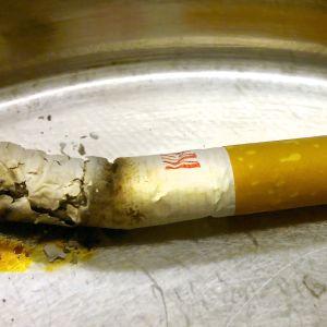 En slocknat cigarrett i askkopp.