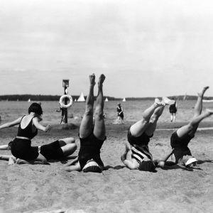 Voimistelua Pihlajasaaren hiekkarannalla vuonna 1931.
