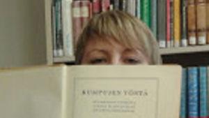 Kirjabloggarin käsissä Aarno Karimon kirja Kumpujen yössä