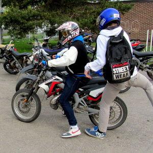 Moped med förare och passagerare
