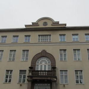 En stor byggnad fotograferad nerifrån. Det är Ekåsens sjukhus i Ekenäs.