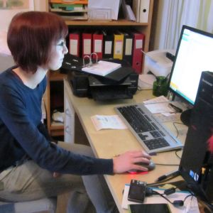 Matilda Ekholm vid kontorshörnan i Borgånejdens djurskyddsförenings katthus i Tolkis