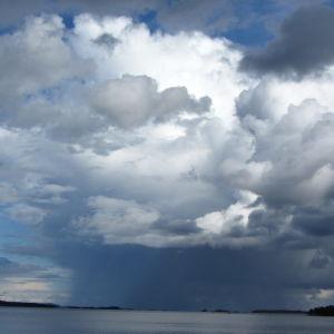 syyskesän näkymä Inarista Ukonkivelle päin, puolipilvinen taivas, melkein tyven järven pinta