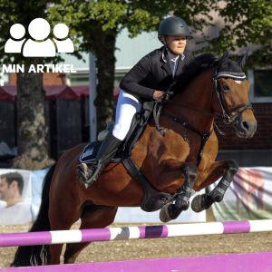 Emilia Hellman och hästen Hillside Tintalle hoppar över ett hinder.