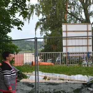 Byggarbete, kvinna i förgrunden.