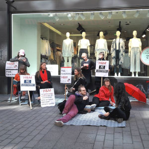 Demonstration framför H&M i Helsingfors centrum.