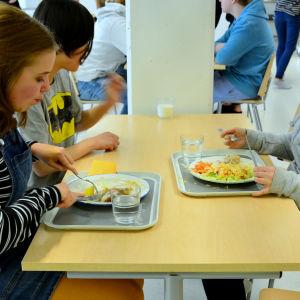 Ida och Venla i Borgaregatans skola äter lunch.