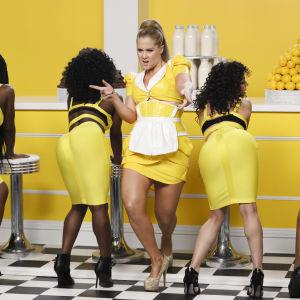 Amy tanssii baaritiskin edessä neljän muun naisen kanssa.