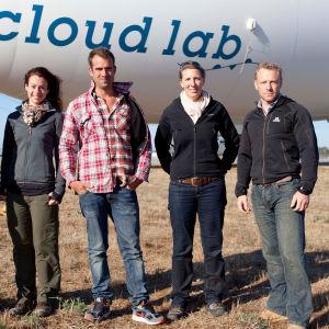 Ryhmä tiedemiehiä lentää Yhdysvaltojen halki ilma-alus Cloud Labilla tutkimaan ilmakehän ilmiöitä.