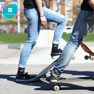 En illustrativ bild av ungdomar som åker skateboard.