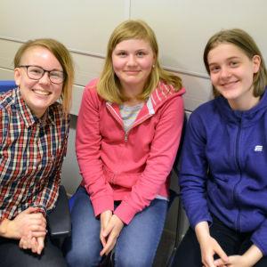 Malin Valtonen tillsammans med två elever som deltog i Nyhetsskoledagen.