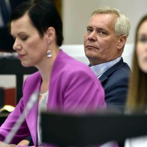 SDP:s partiordförande sitter bredvid riksdagsledamoten Maarit Feldt-Ranta.