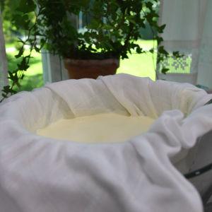 Hemlagad yoghurt rinner av i sil med silduk.