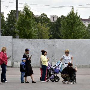 Fotbollsfan utanför stadion i S:t Petersburg dagen innan fotbolls-VM drar igång.