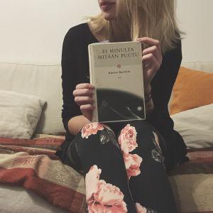 Mitä luimme kerran -blogin Laura pitää kädessään Hannu Raittilan kirjaa
