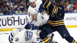 Leo Komarov kämpar i NHL för Toronto.