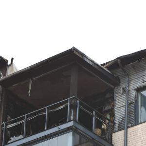 Det började brinna på en balkong i ett höghus i Vasa.