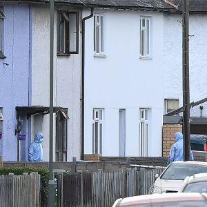 Polisräd mot hus i Surrey, Storbritannien